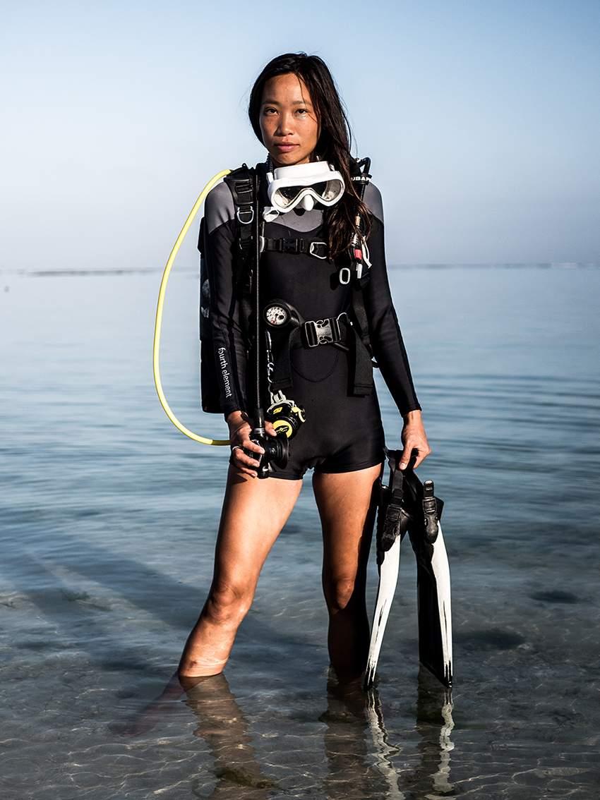 Girl that scuba diving equipment